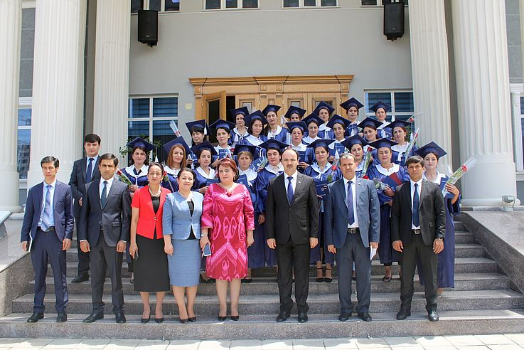 Im Mai 2021 erhielten die Absolventinnen in Berg Badachschan ihre Diplome.