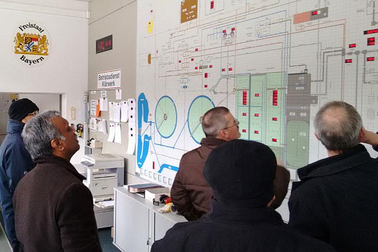 Fünf internationale Experten für Wassermanagement sehen sich den Plan eines bayerischen Wasserklärwerks an