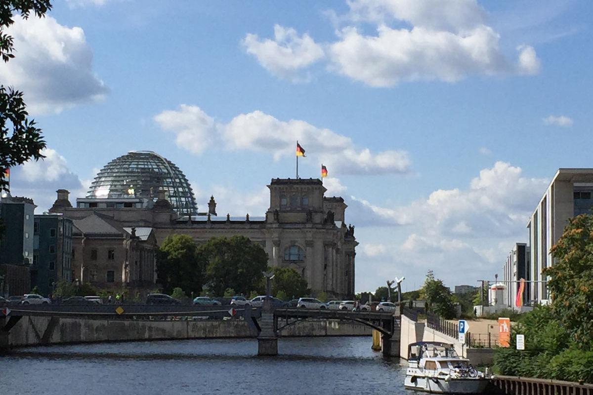 Bundestagsgebäude jenseits der Spree bei gutem Wetter
