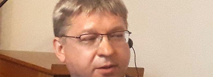Mann mit geschlossenen Augen und rundem Gesicht
