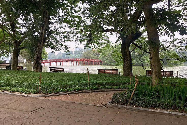 Wo sonst einheimische und ausländische Touristen spazieren gehen, herrscht ungewohnte Stille am Hoan Kiem See im Zentrum von Hanoi