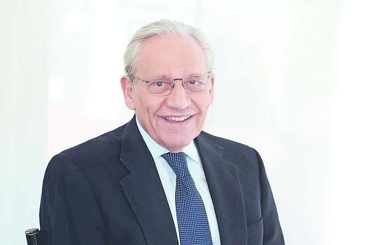 Woodward, ein älterer Herr mit freundlichem Lächeln und ernsthaftem Blick.