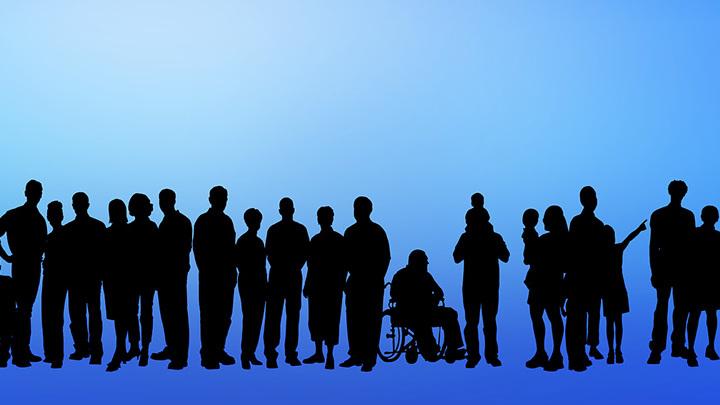 Vor blauem Hintergrund sieht man Schatten von Menschen aller Generationen.