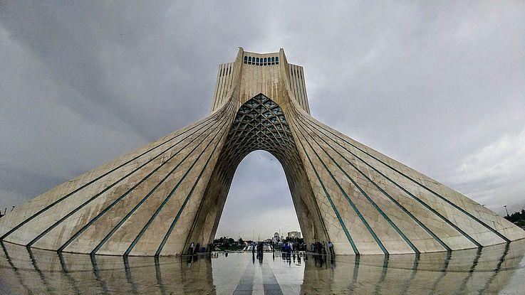 Der Freiheitsturm: matialisches Beton-Monument im Herzen Teherans. Ein überdimensionaler Torbogen, ornamental verziert.