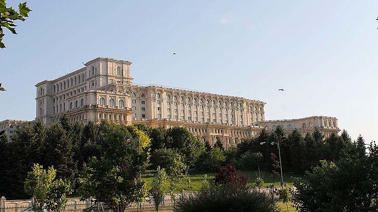 Rumänien ist von der Corona-Pandemie sehr getroffen und gerade jetzt im Sommer steigt die Zahl der Infizierten stetig. Die rumänische Regierung verlängerte den sogenannten Alarmzustand bis Mitte August.