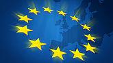 Im Hintergrund ist eine blaue transparente Europakarte zu sehen, im Vordergrund die gelben Europasterne