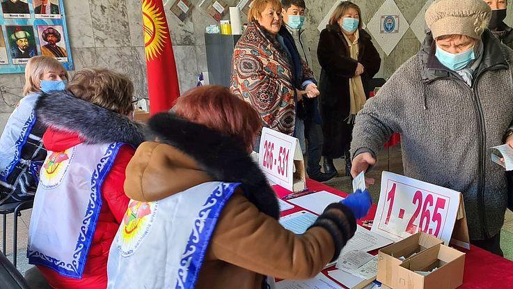 Bereits seit einigen Jahren sind die Wähler in Kirgisistan biometrisch erfasst. Beim Betreten der Wahllokale werden sie über ihre Fingerabdrücke identifiziert.