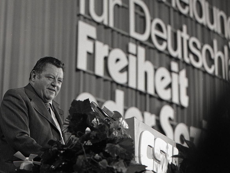 """Franz Josef Strauß auf dem CSU-Parteitag """"Entscheidung für Deutschland. Freiheit oder Sozialismus!"""" 1976 in München"""