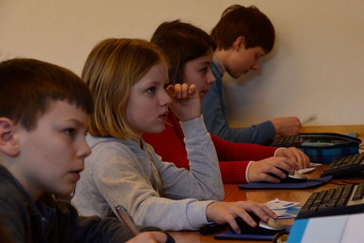 Jugendseminar bei einer Rechercheübung im Computerraum