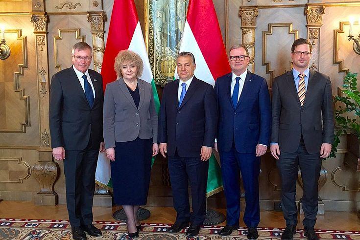 Parlamentsvizepräsidenten: Gergely Gulyas aus Ungarn, aus Österreich Karlheinz Kopf, aus Polen Maria Koc und aus Deutschland Johannes Singhammer (MdB) stehen vor gekreuzten ungarischen Nationalflaggen.