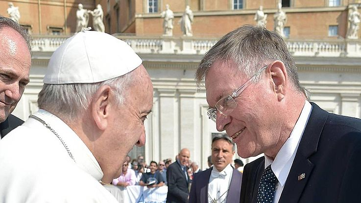 Papst Franziskus begrüßt Singhammer auf dem Petersplatz in Rom.