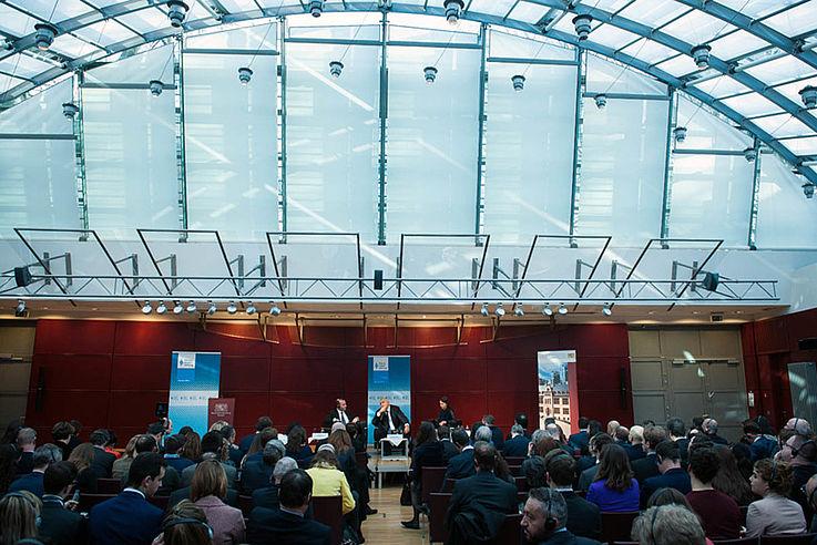 Große Halle mit Podium
