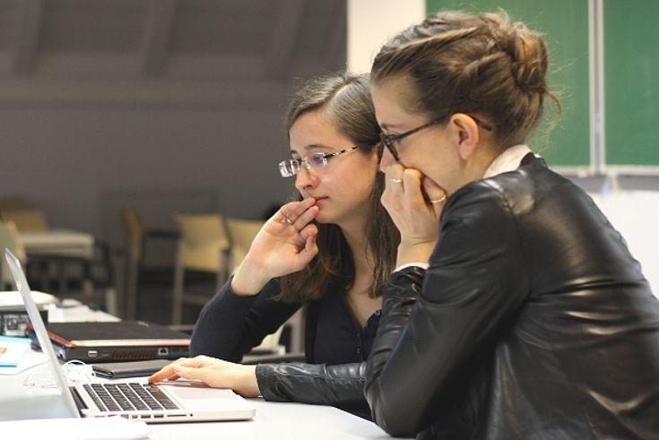 Aline-Florence Buttkereit (r.) und eine Stipendiatin bei der Arbeit