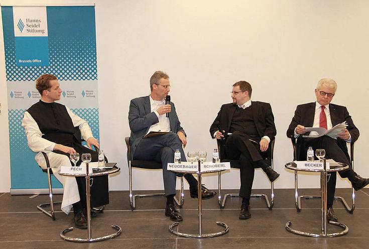 Pech, Neugebauer, Schöberl und Becker auf dem Podium. Links eine Stellwand der HSS.
