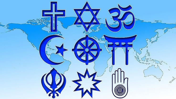 Die Symbole der Weltrelgionen vor den Hintergrund der Weltkarte dargestellt.