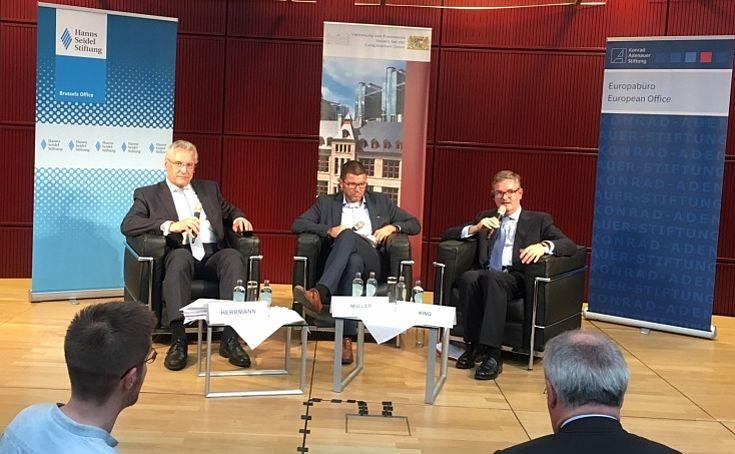 """Joachim Herrmann und Sir Julian King sind sich einig: Ein schnellerer Zugriff auf sicherheitsrelevante Daten soll ermöglicht werden. (25. Mai 2017 auf dem """"FORUM INNERE SICHERHEIT (FIS)"""")"""