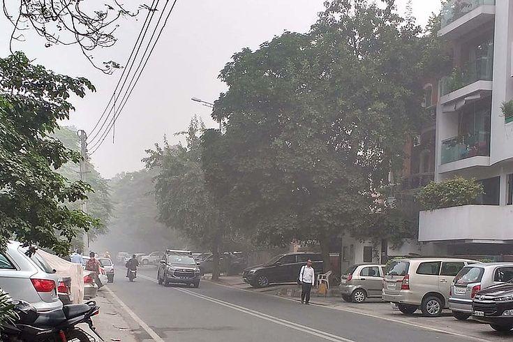 Versmogte Straße in einem Neu-Delhi-Wohnbezirk.