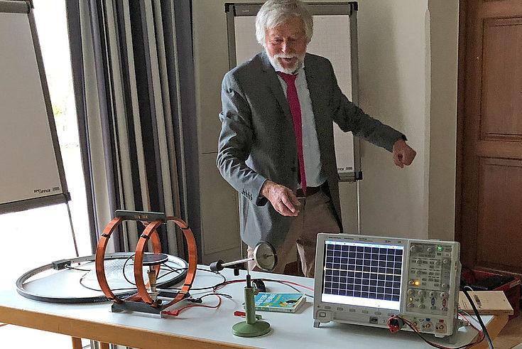 Gert Denninger bei einem Experiment zur Quantenmechanik, auch Quantenphysik genannt. Diese kann als eine Abgrenzung zur klassischen Physik verstanden werden. Sie befasst sich mit dem Verhalten von kleinsten Teilchen und deren Wechselwirkungen.