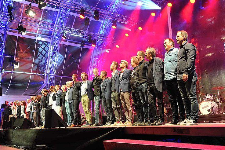 Alle Künstler auf der Bühne. Verabschiedung.