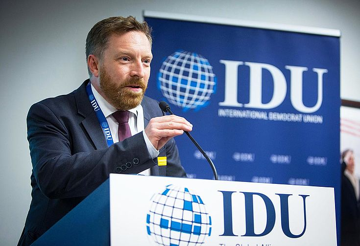 Kattner spricht engagiert am IDU-Rednerpult