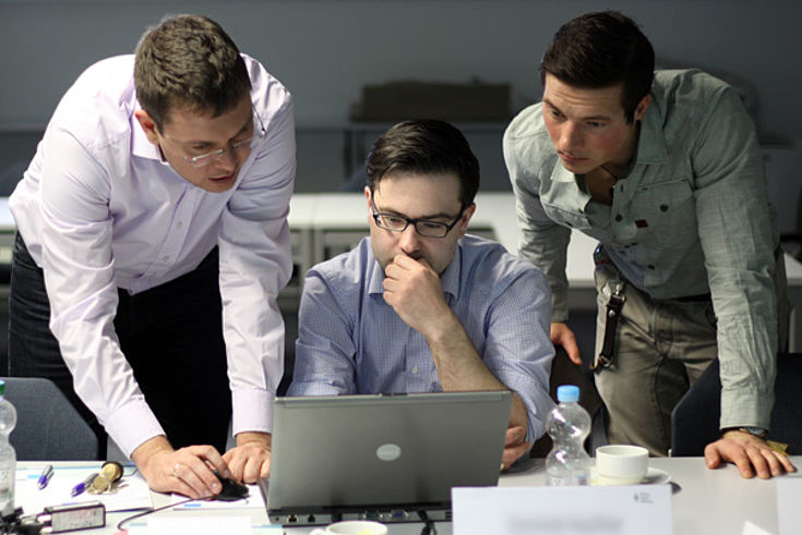 Lars-Marten Nagel (l.) führte die Stipendiaten in den Datenjournalismus ein