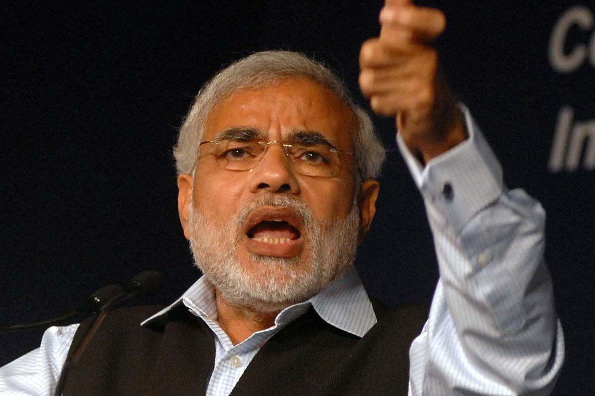 Modi, ein Mann mit markantem Gesicht und kurzem Bart hält engagiert eine Rede.