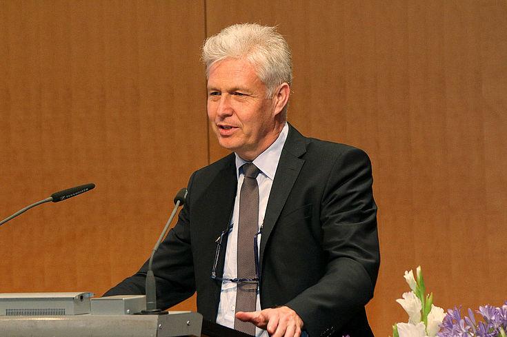 Hans-Peter Mayer vom Bayerischen Gemeindetag sieht in der Grundsteuer ein unverzichtbares Werkzeug der Kommunen, denn nur sie (und die Gewerbesteuer) ist mit einem Hebesatz versehen, den die Kommunen frei nutzen können.