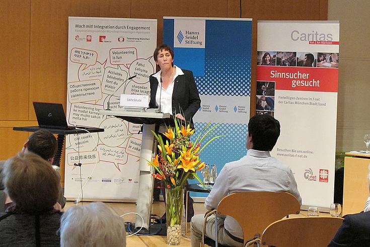 Sabine Schuster, Fachreferentin für Soziale Arbeit Diözesancaritasverband München sprach über Ehrenamt in Stadt und Landkreis und Solidarität.