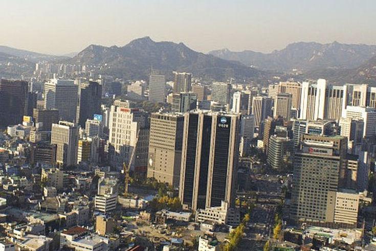 Blick auf Hochhäuser von Seoul von oben