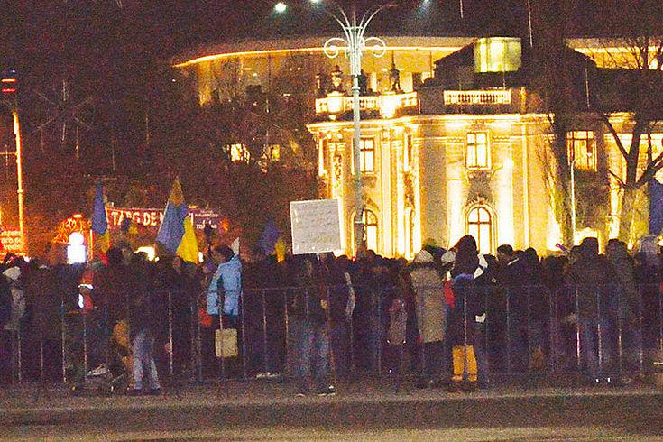 Abends gehen aufgebrachte Bürger in Bukarest auf die Straße und zeigen ihren Unmut deutlich.