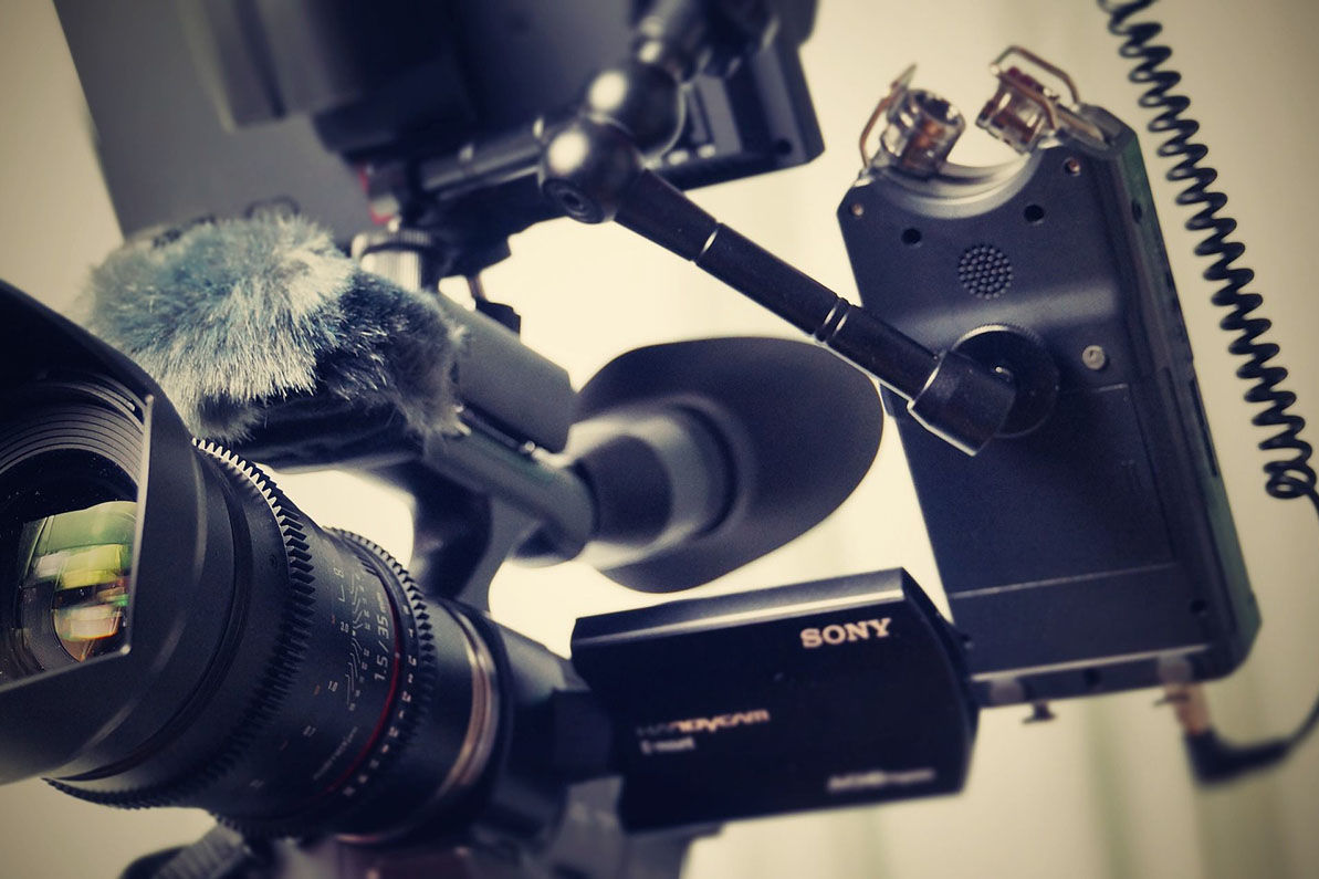 Eine Profi-Kamera, Smartphone, Selfi-Stick, etc. Alles, was man so braucht