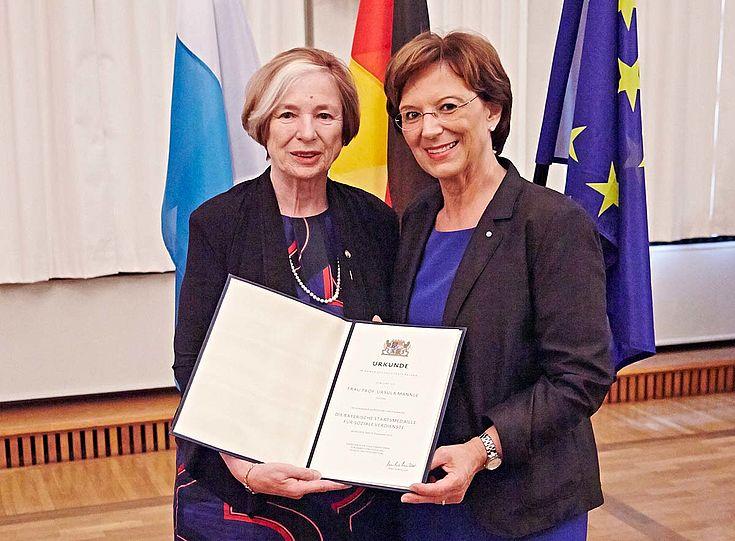 Staatsministerin Emilia Müller und Ursula Männle nach der Urkundenübergabe