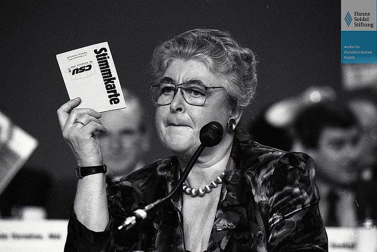 """Mathilde Berghofer-Weichner auf dem CSU-Parteitag """"Bewährtes sichern. Neues meistern. Mutig entscheiden"""" im November 1992 in der Nürnberger Frankenhalle"""