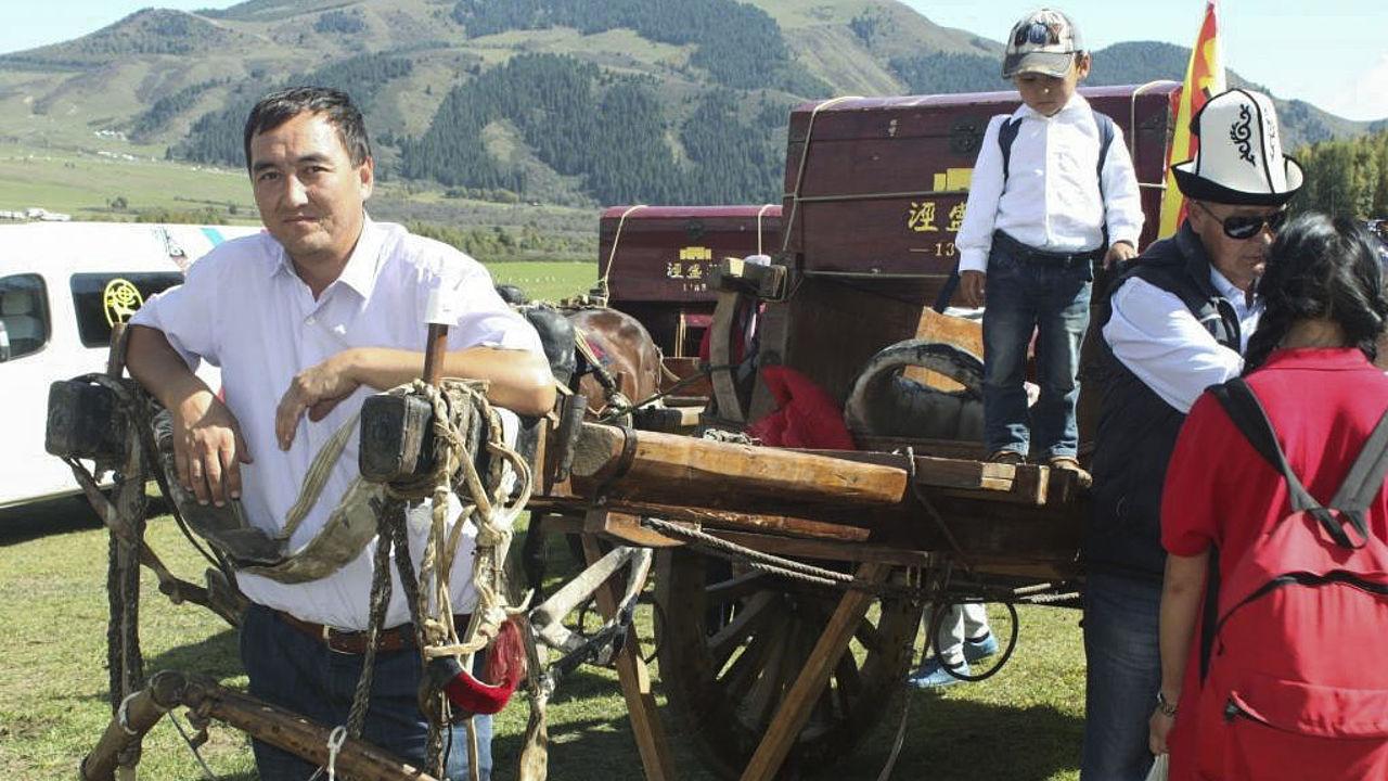 Almaz Baigaziev mit chinesischem Nomadenwagen