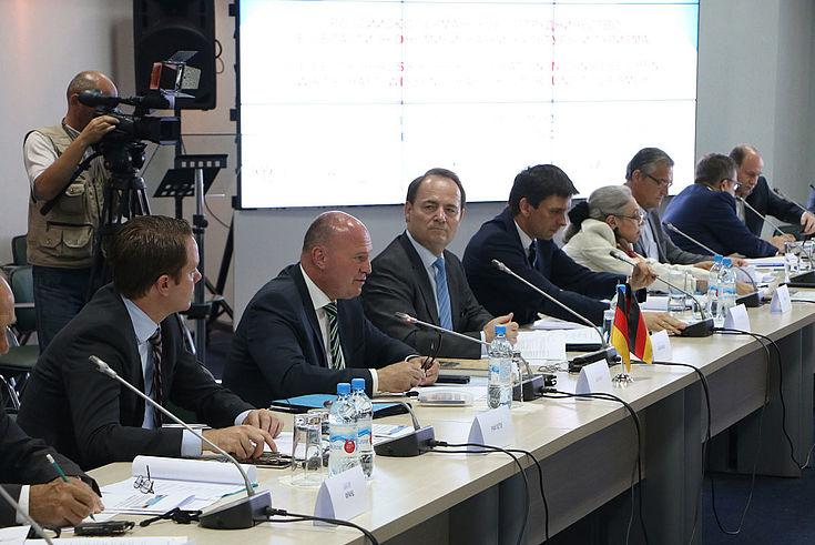 Höchste Konzentration bei der deutschen Delegation mit Peter Rief von der CSU-Landesleitung (links), Bundesaussiedlerbeauftragtem Hartmut Koschyk (MdB) und Dr. Alexander Schumacher vom BMI (Mitte).