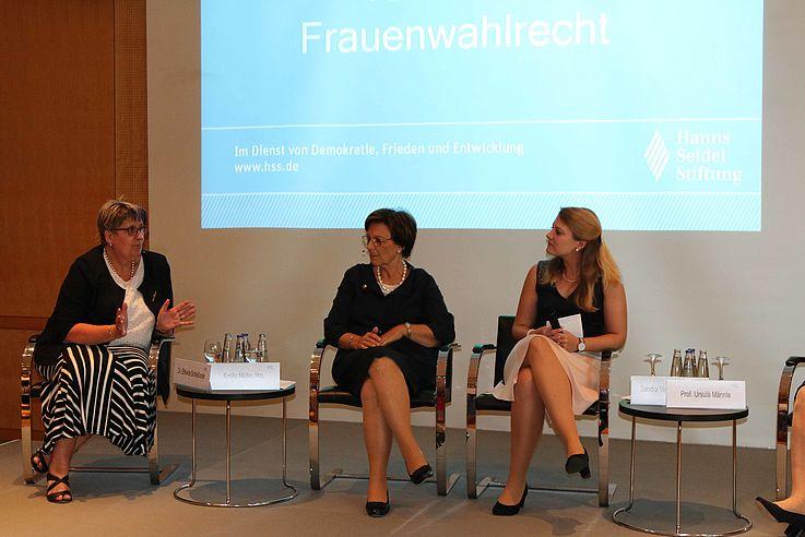 Linke Hälfte des Panels mit Moderatorin, Müller und Schließeder (links)