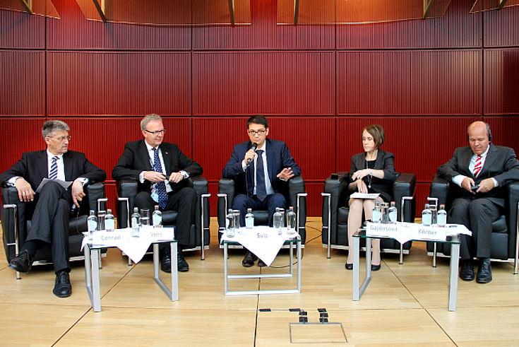 Gerhard Conrad, Axel Voss, Moderator Satish Sule (EU-Kommission), Jana Gajdosova und Burkhard Körner