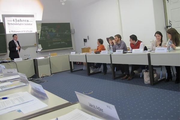 Horst Pfadenhauer erklärt den Stipendiaten die Entwicklung des Parlamentarismus
