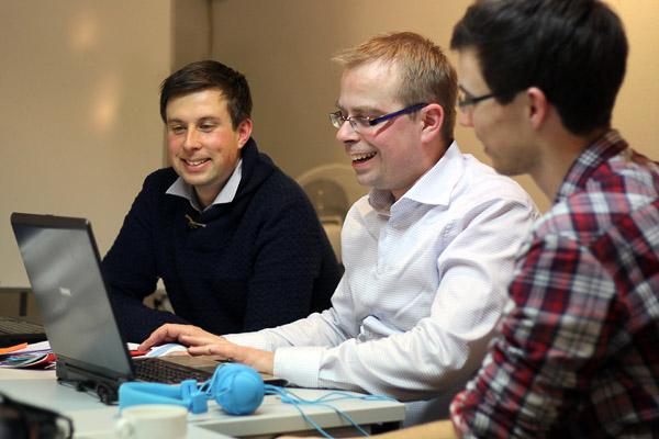 Nachbearbeitung am Laptop mit Alexander Schubert