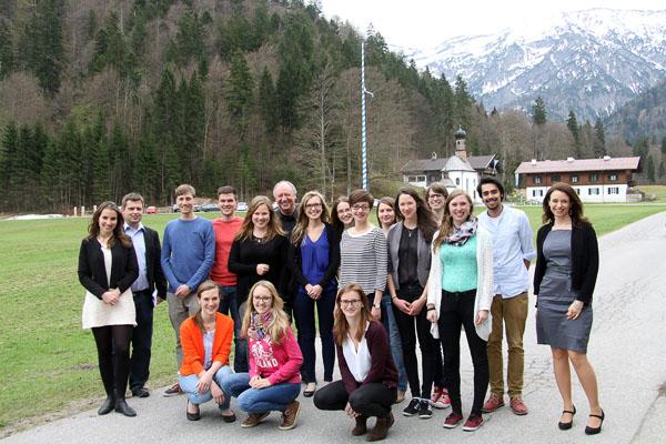 Die Seminarteilnehmer vor der idyllischen Bergwelt-Kulisse von Wildbad Kreuth