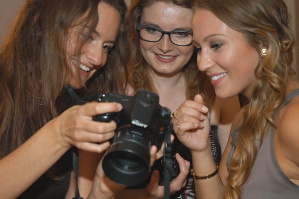 """Teilnehmerinnen des Seminars """"Digitale Fotografie"""" in Aktion"""