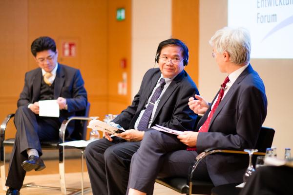 Hr. Ousavanh und Nguyen The Chinh beim Entwicklungspolitischen Forum