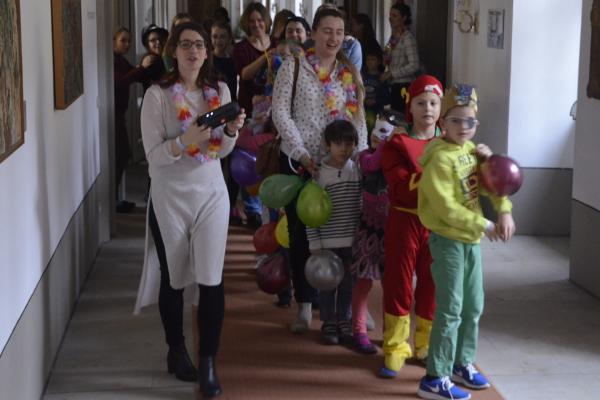 Fasching in Kloster Banz: Beginnend in der Kinderbetreuung, werden die Teilnehmer aller Seminare zu einer Polonaise eingeladen.