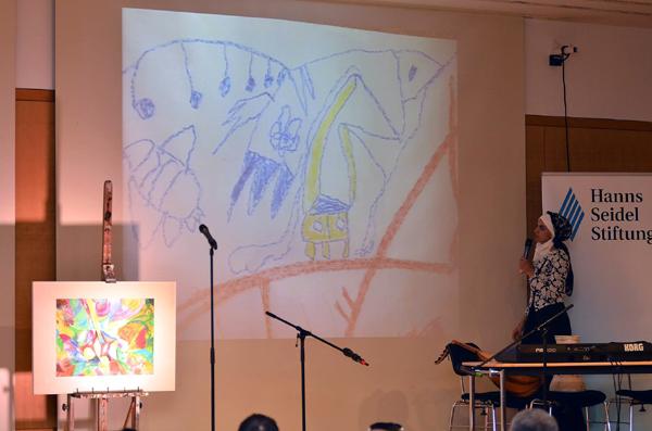 Initiatorin Rihab Chaabane erläuterte das Malprojekt. Foto: Nizar Souissi