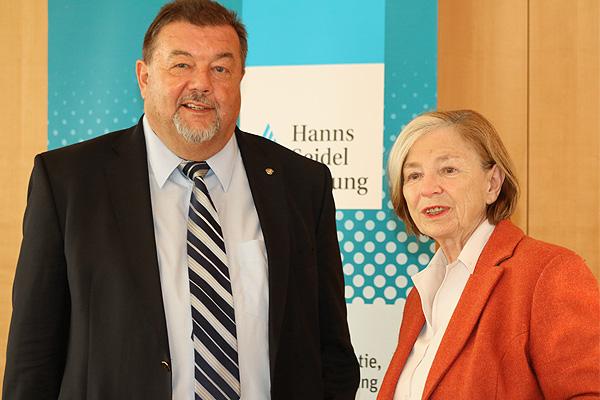 Helmut Jung und Ursula Männle bei der Präsentation der Studie im Konferenzzentrum München