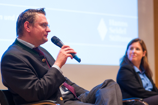 Der Rechtsanwalt Florian Alte und Sonja Schwendner (BLM).