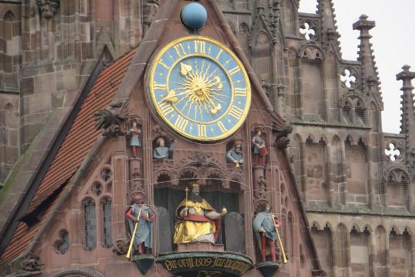 """Kaiser Karl IV. im Glockenspiel der Nürnberger Frauenkirche, sog. """"Männleinlaufen"""""""