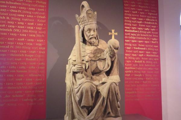 Monumentalstatue Karl IV. von der Prager Karlsbrücke (Kopie)