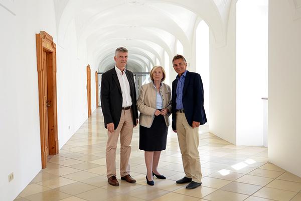 Gerhard Waschler und Walter Taubeneder führen Ursula Männle durch das frisch sanierte Kloster Aldersbach. Foto: Stefanie Starke
