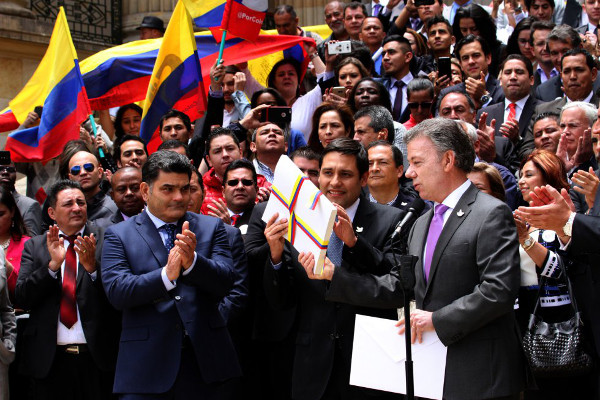 Staatspräsident Juan Manuel Santos bei der Übergabe der Friedensvereinbarung an den Kongress der Republik. Foto mit freundlicher Genehmigung von El Tiempo